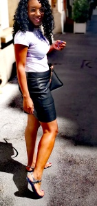Balade sur les champs Elysees. Haut blanc basic, jupe noire simili cuir, sac mickael kors, sandales shoela